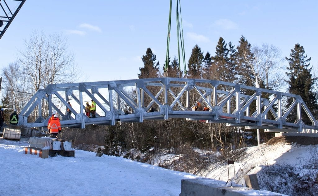 Arched Truss Bridge installed over railway in one day, Pont arque en treillis installeen une journee au-dessus d'une voie ferree